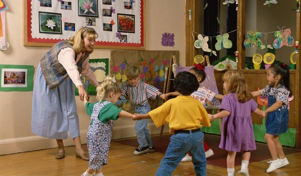 children from different races playing together at nursery